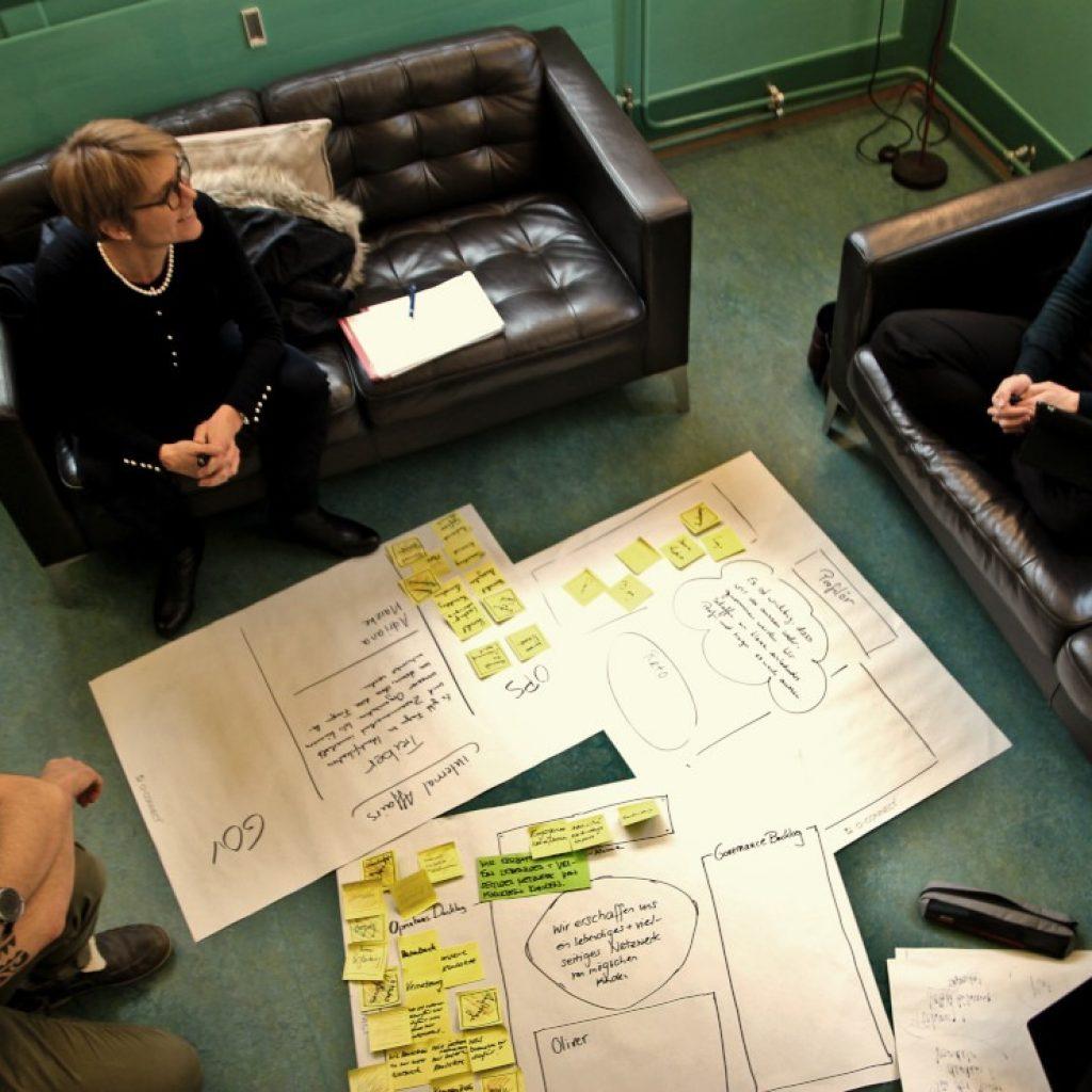 ein Team erarbeitet Vorschläge für eine anstehende Entscheidung